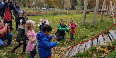 Feestelijke ingebruikname van het nieuwe speeltoestel in Zuiderpret op Zaterdag 10 november.
